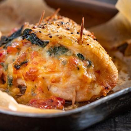 Pechugas de pollo rellenas con queso, espinaca y tomates cubeteados