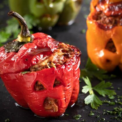 Morrones rellenos con carne picada, cebollas y tomates cubeteados