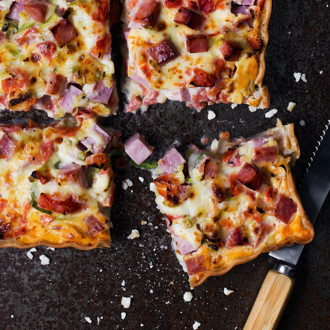 Tarta de jamón, queso y tomate
