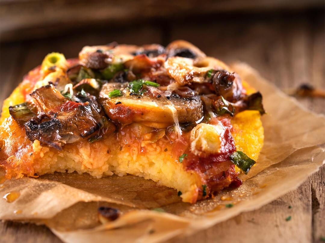 Mini pizzetas de base de polenta con hongos y cebolla de verdeo