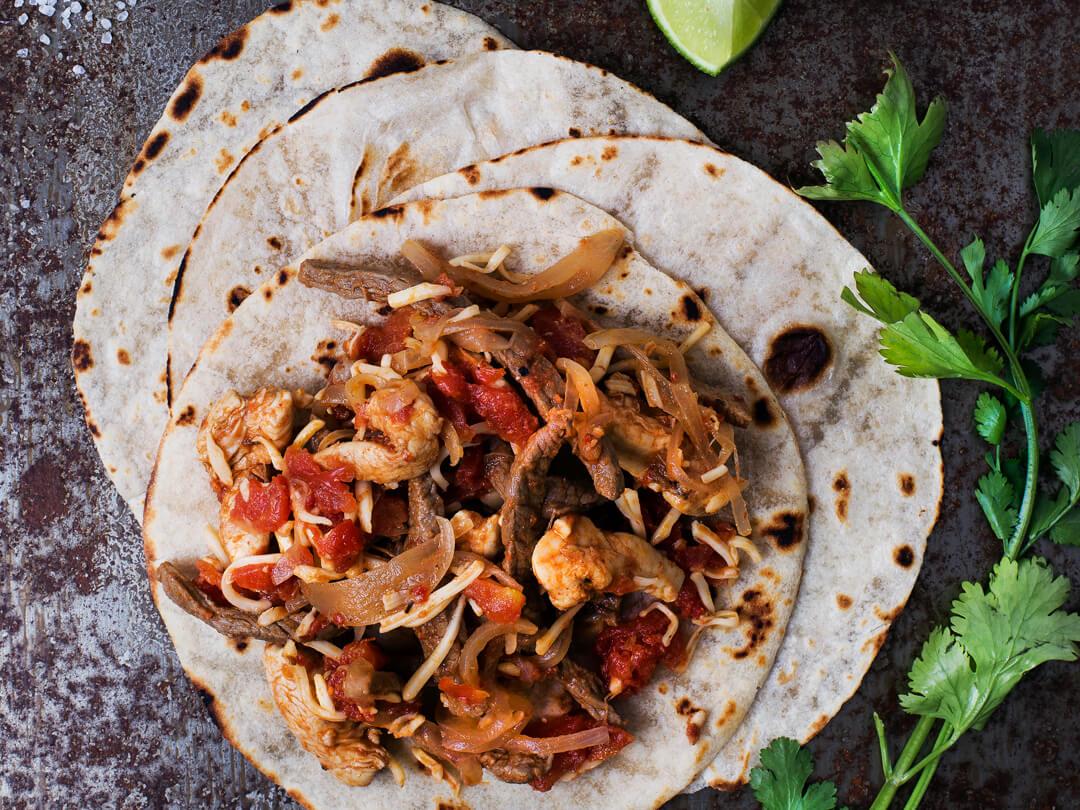 Tacos de pollo y carne