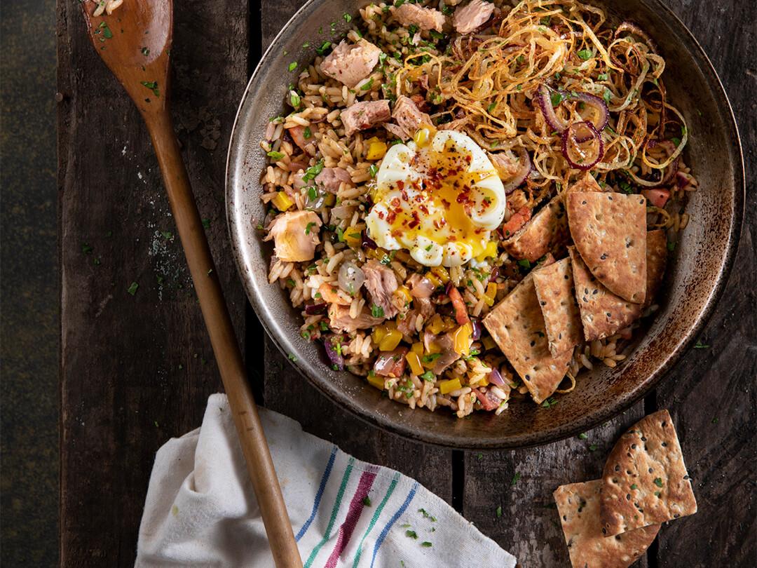 Arroz frito con atún, panceta y cebolla