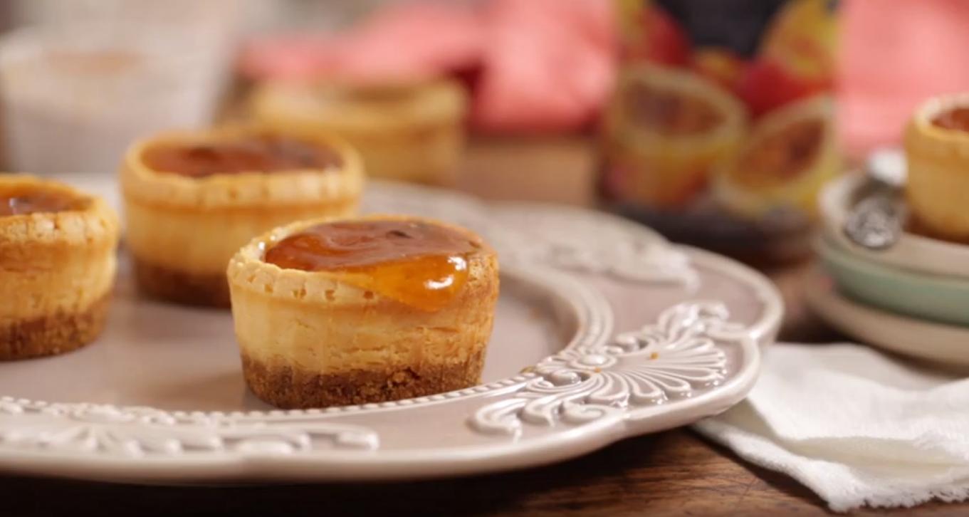 Cheesecakes individuales de mermelada de durazno y maracuyá