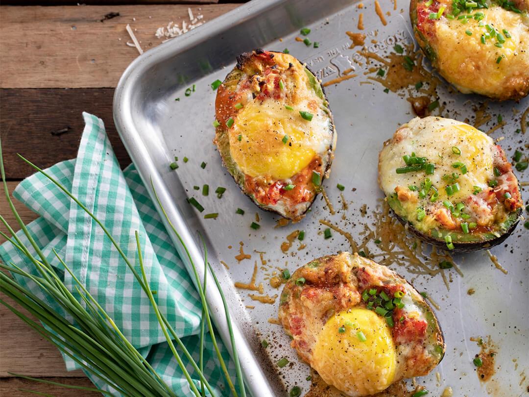 Palta rellena con tomates cubeteados, queso huevo y perejil