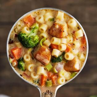 Sopa de pollo y dedalitos
