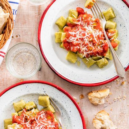 Ñoquis de arvejas con salsa de tomates cubeteados
