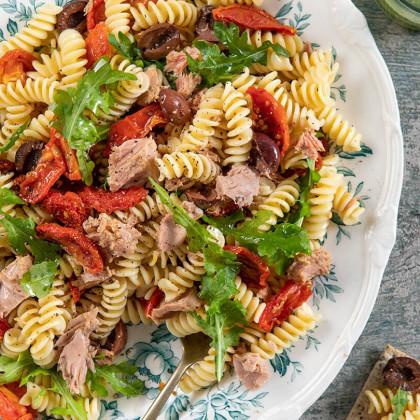Ensalada de atún con pasta, olivas, tomates secos y rúcula