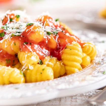 Ñoquis integrales de calabaza con salsa de tomates y hierbas