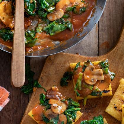 Cuadraditos de polenta con espinaca, ajo y hongos