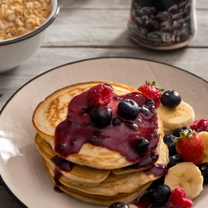 Pancakes con mermelada de arándanos y frutas