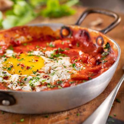 Huevos al horno con puré de tomates