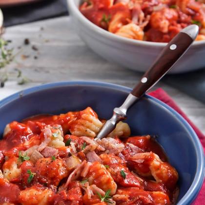 Ñoquis de papa con Parmesano, salsa de tomate, cebolla y panceta