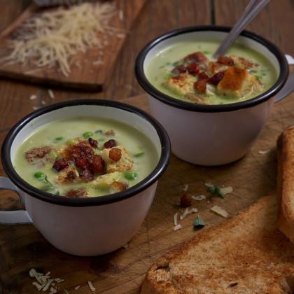 Sopa crema de arvejas casera con croûtons y panceta