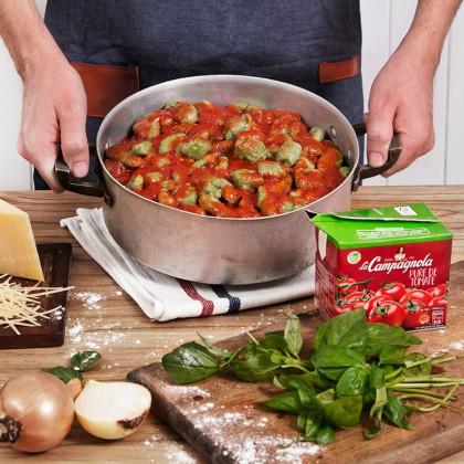 Ñoquis de albahaca con tomate, oliva y queso