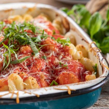 Ñoquis de papa con salsa de tomates y hojas frescas de albahaca