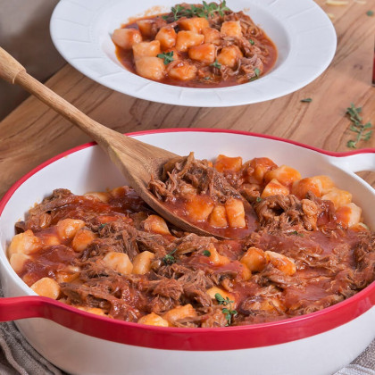 Ñoquis de calabaza en salsa con carne desmechada