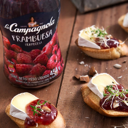 Bruschettas agridulces con Camembert y mermelada de frambuesa