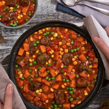 Guiso invernal de carne con choclo, calabaza, morrones, cebolla, tomate y arvejas