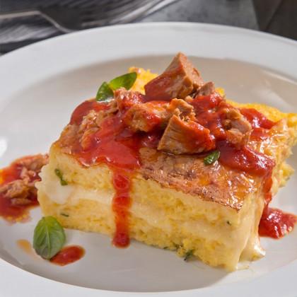 Cuadrados de polenta con atún en tomate