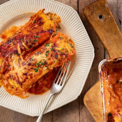Canelones caseros de atún, espinaca y ricotta, gratinados con salsa pomarola y crema